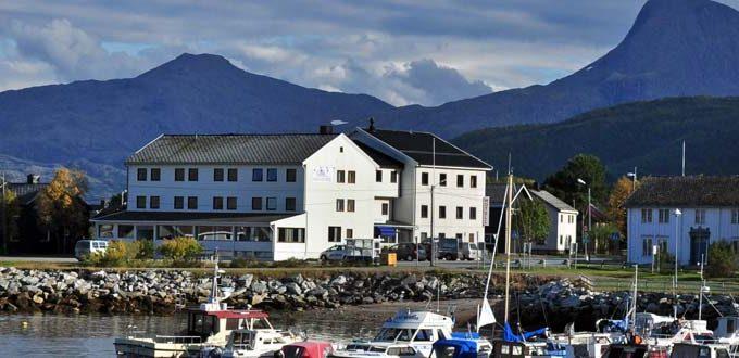 https://visitreisa.no/wp-content/uploads/reisafjord-hotel-sorkjosen-1-680x330.jpg